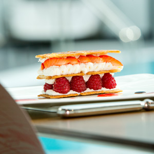 fraisier devant la piscine du miramar crouesty - manger mou